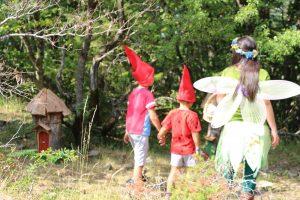 La fatina con alcuni bambini nel sentiero degli gnomi