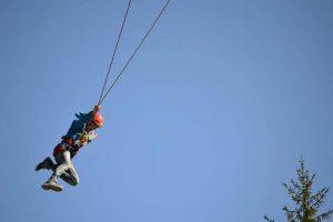 Salto a pendolo nel parco avventura Cerwood